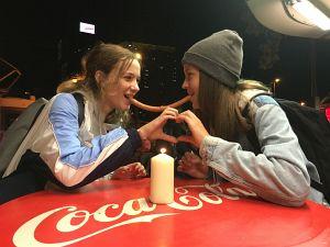 24. Platz | Handy | Sophia und Hannah (297) | Würstelstandromantik